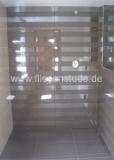 Bodengleiche-Dusche-mit-Streifen-Dekorfliese-1