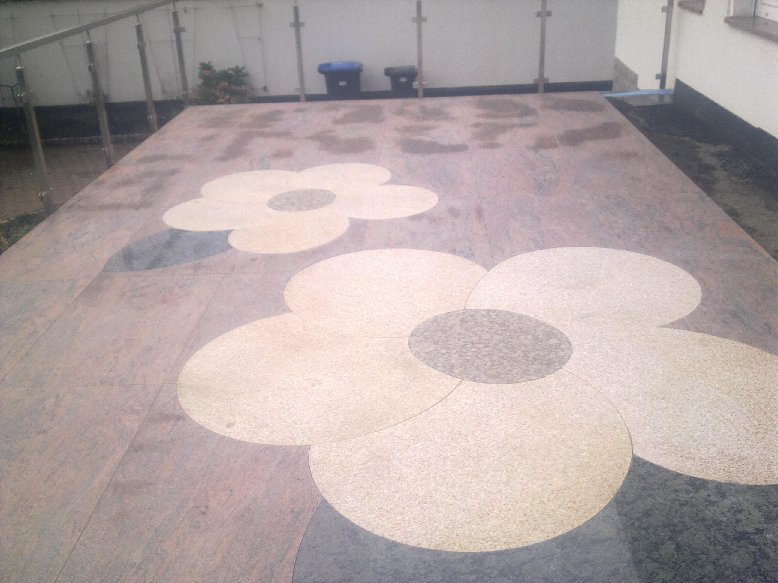 Terrasse aus Naturstein mit Blumenmuster