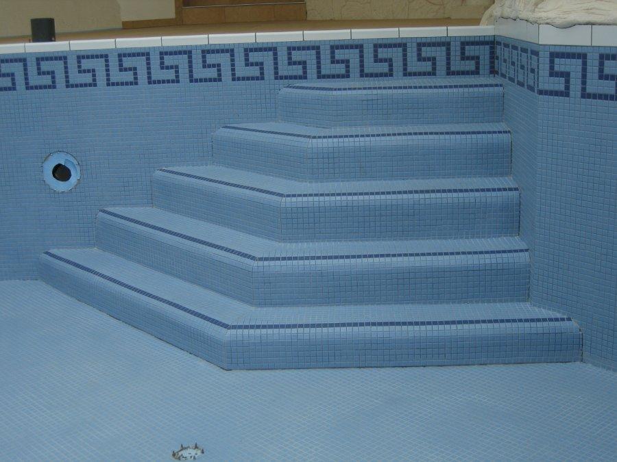 Eingangstreppe-Schwimmbecken-mit-Mosaik