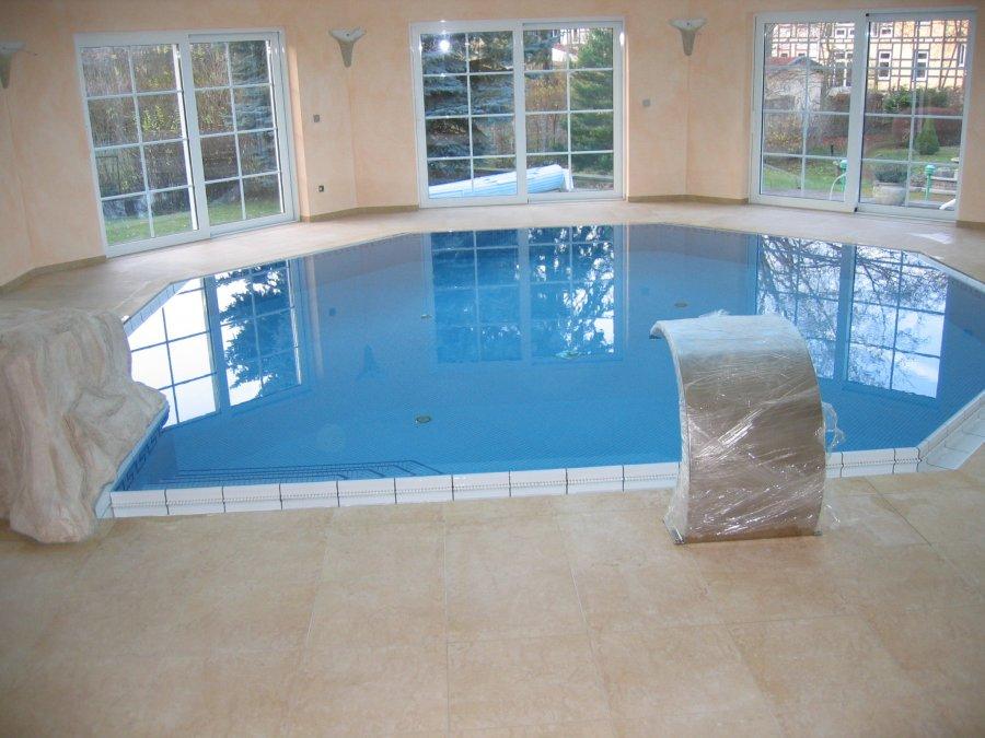 Schwimmbecken-mit-Mosaik-gefliest